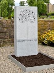 Grabdenkmal Baum mit Früchten