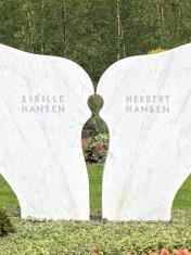 Doppelgrabstein Flügelform
