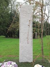 Stele mit Kirschzweig