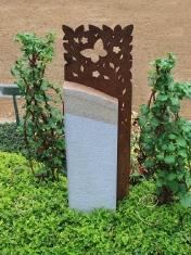 Urnengrabstein mit Schmetterlings-Zierelement aus Stahl