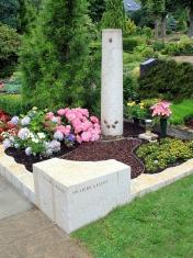 Grabanlage mit Säule und Sitzstein