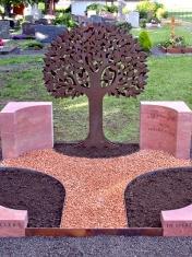 Grabanlage Travertin mit Baumsilhouette Cortenstahl