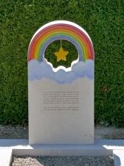 Kindergrabmal mit Regenbogen und Stern