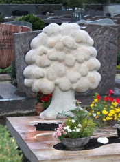 Grabmal Baumskulptur mit massiver Einfassung