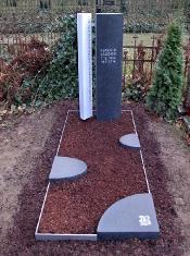 Grabdenkmal Doppelstele mit ovalem Grundriss