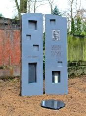 Grabdenkmal Basaltsäule mit Nischen